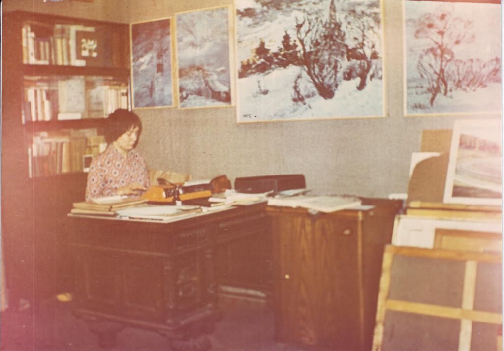 Людмила Кузнецова за работой в квартире № 44. Из личного архива А.В. Кирин