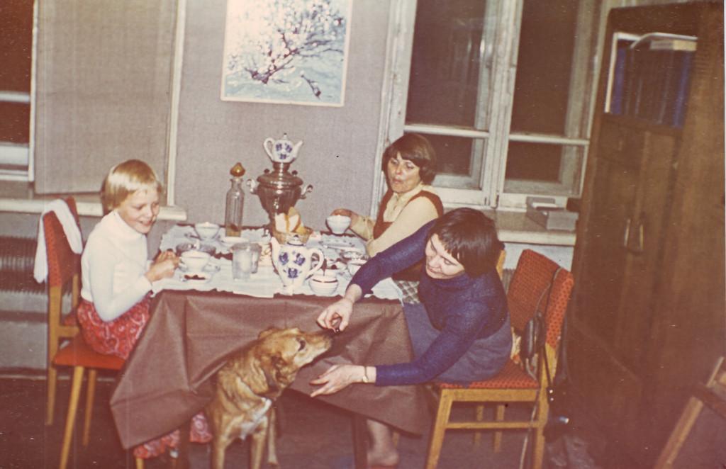 Людмила Кузнецова (кормит собаку), слева Анна. Квартира № 44. 1970-е. Из личного архива А.В. Кири