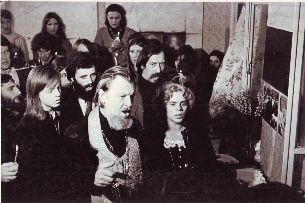 Отпевание художника Евгения Рухина. Квартира № 44. 1976. Фотограф Вениамин Седов. Из личного архива А.В. Кирин