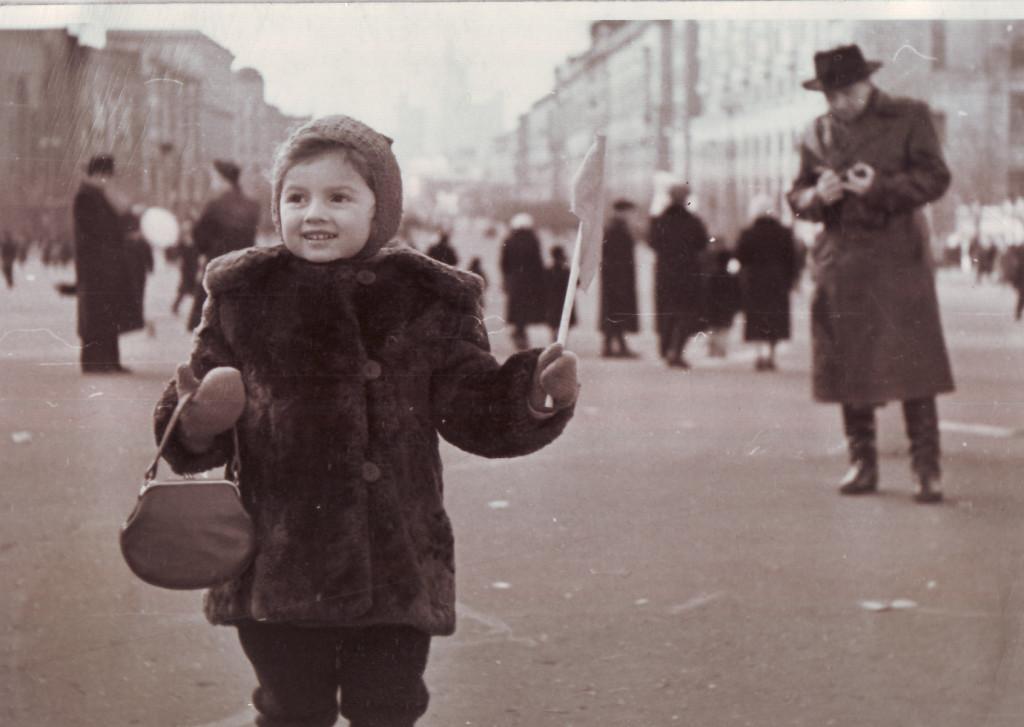 Дочь Левона Бархударяна Мария на Большой Садовой. Около 1957 года. Из личного архива М. Л. Ватолиной