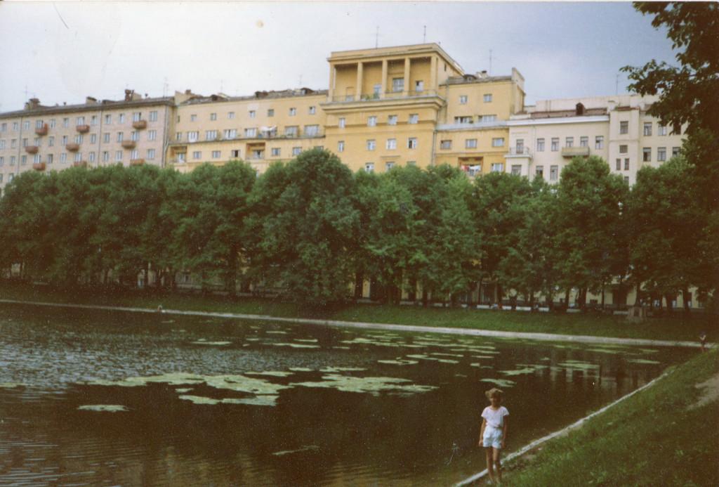 Аня Леетц на фоне Большого Патриаршего пруда. Снимок сделан весной-летом 1988 г. Фото: Michael Leetz