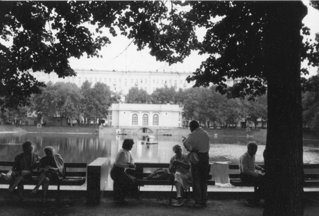 Пенсионеры на лавочках на фоне Большого Патриаршего пруда. Снимок сделан весной-летом 1988 г. Фото: Michael Leetz