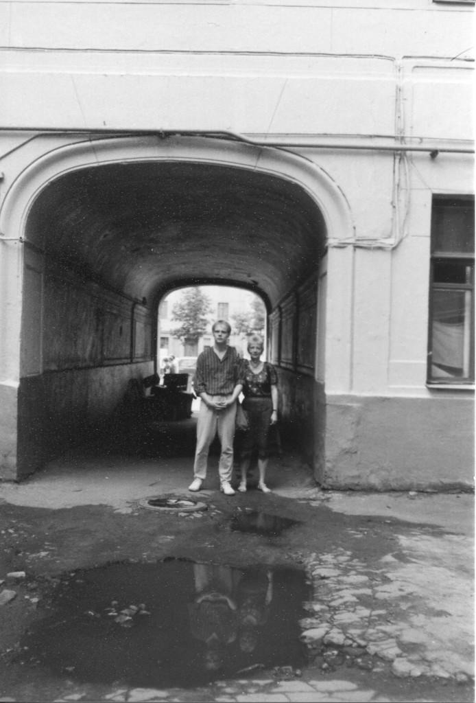 Хайдрун и Маттиас Лёпер на фоне арки во дворе дома 10 на Большой Садовой. Снимок сделан летом 1988 г. Фото: Michael Leetz