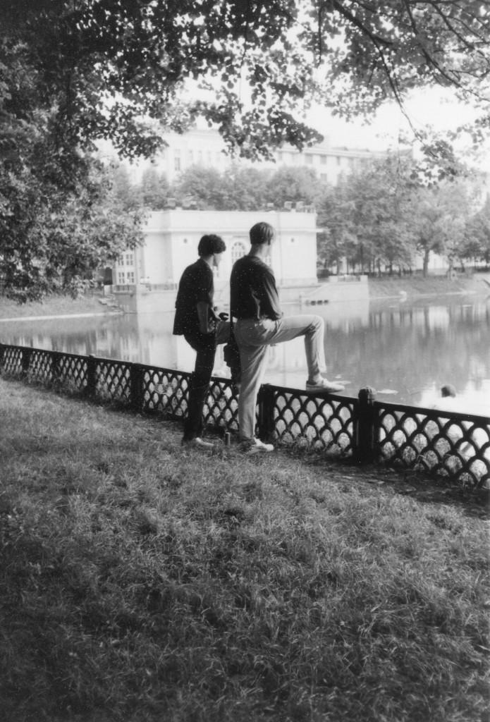 Маттиас Лёпер и Михель Леетц на фоне Большого Патриаршего пруда. Снимок сделан летом 1988 г. Фото: Heidrun Loeper