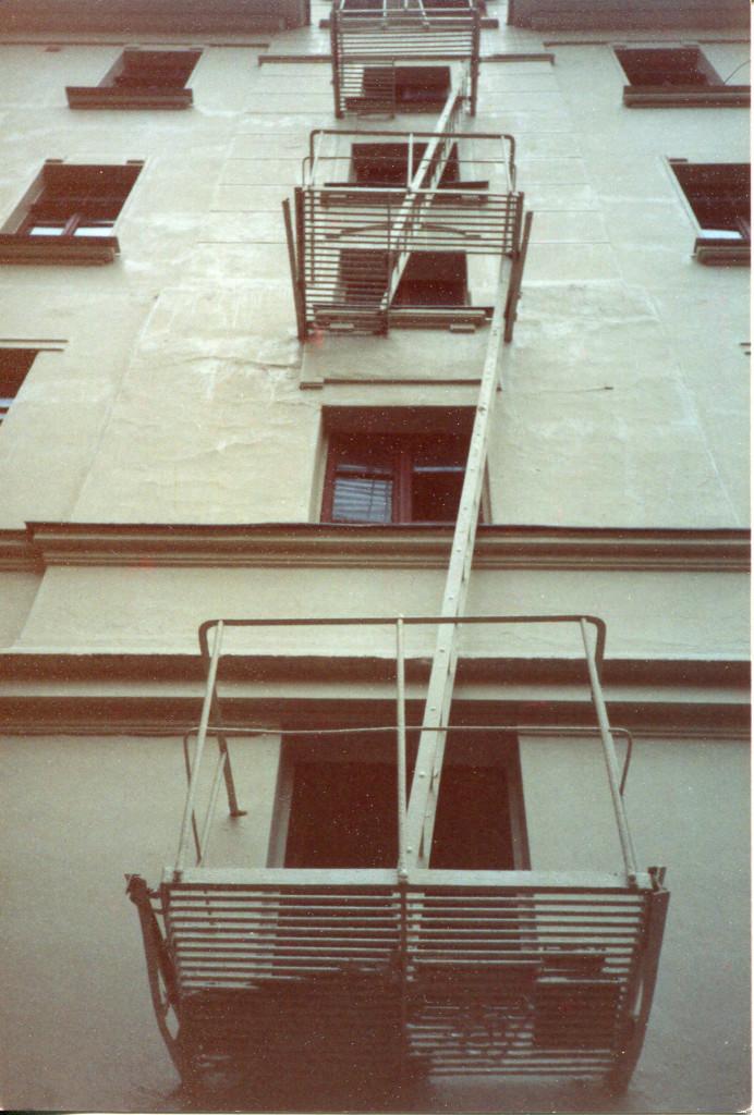 Пожарная лестница дома 10 на Большой Садовой, которая располагалась во дворе (сейчас отсутствует). Снимок сделан весной 1988 г. Фото: Michael Leetz