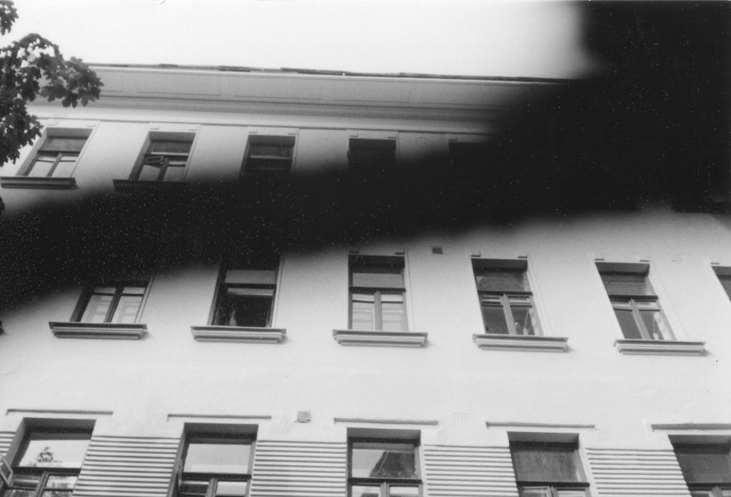 Окна квартиры № 50, где с 1921 по 1924 гг. жил Михаил Булгаков. Снимок сделан во дворе дома 10 летом 1988 г. Фото: Michael Leetz