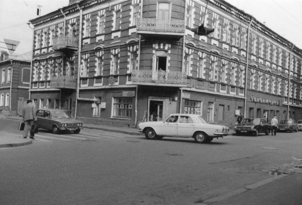 Кафе «Маргарита», открывшееся в 1988 году на углу Малой Бронной и Малого Козихинского переулка. Снимок сделан летом 1988 г. Фото: Michael Leetz