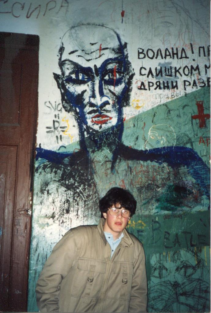 Михель Леетц на фоне знаменитого граффити с изображением Воланда на «нехорошей лестнице». Надпись на стене: «Воланд! Приезжай. Слишком много дряни развелось». Снимок сделан весной 1988 г. Фото: Antje Leetz