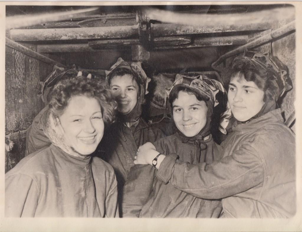 Тамара Абрамова (вторая слева) — сотрудница Центрального статистического управления. Строительство станции метро «Спортивная». 1958 год.