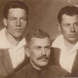 Кузьма Иванович Жильцов (в центре) с братьями Иваном и Александром. Конец 1920-х годов