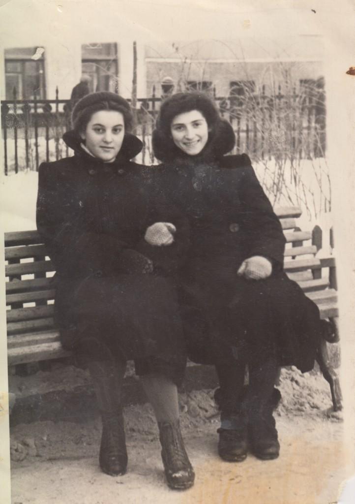 Нина Андреевна Исаева с соседкой по дому. 1950-е годы