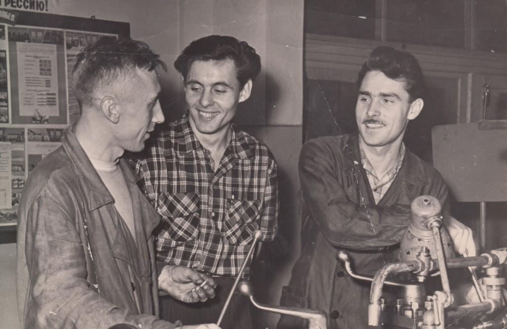 Владимир Андреевич Исаев (в центре) на заводе № 58. Завод радиотехнической аппаратуры у Рижского вокзала шифровался под номером с 1931 по 1966 год. Позднее его переименовали в  «Московский завод радиотехнической аппаратуры». Середина 1950-х годов