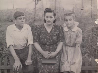 Мария Степановна с детьми Владимиром и Ниной. Конец 1940-х годов