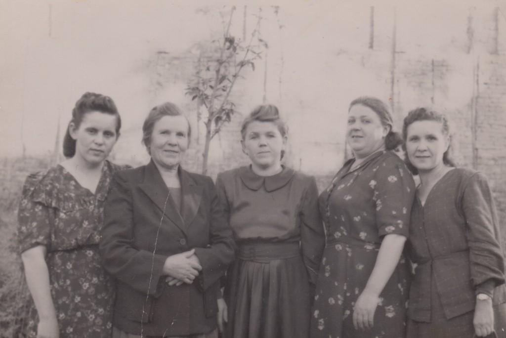 Мария Степановна (первая слева) и Анастасия Дрёмова (четвертая слева). 1940-е годы