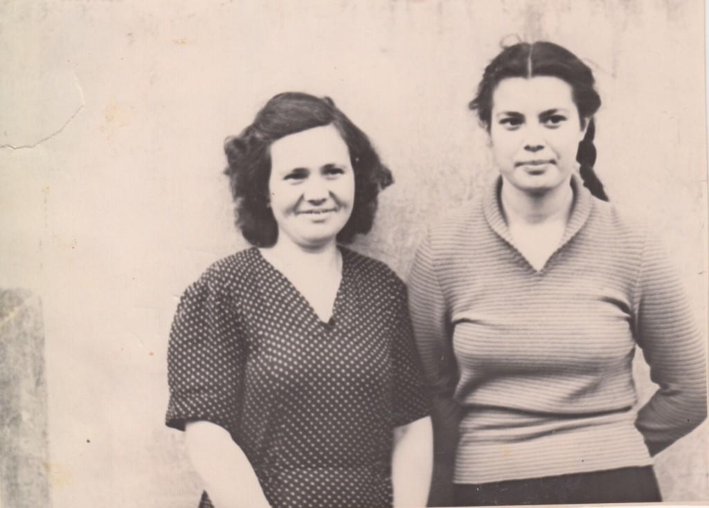 Тамара Абрамова с мамой Анной Ивановной у черного хода на Большой Садовой, 10 со стороны Военно-политической академии. 1957 год