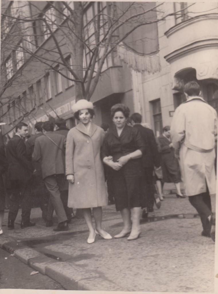 Нина Андреевна Исаева (слева) с матерью Марией Степановной у дома № 10 по Большой Садовой. Начало 1960-х годов