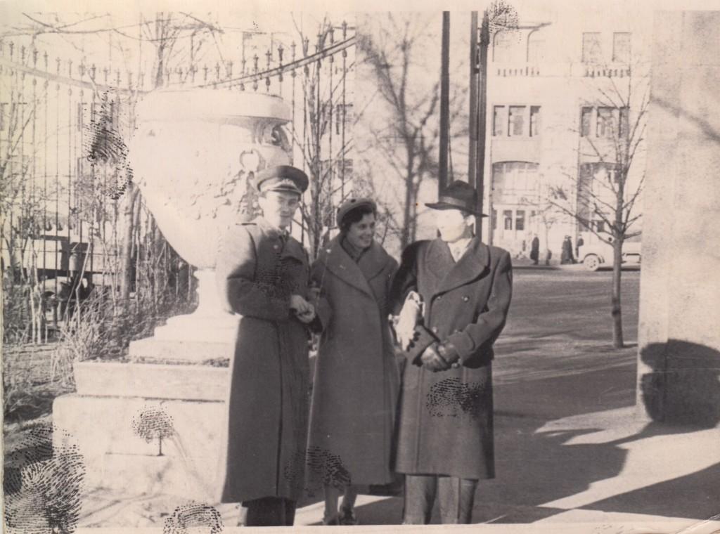 Тамара Абрамова с друзьями в саду «Аквариум». Конец 1950-х годов