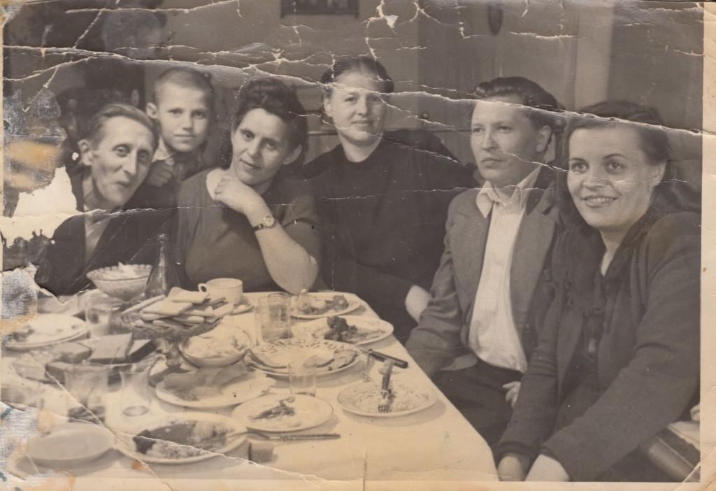 Федосеев Василий и Мария Степановна (сидят слева). Квартира № 5, в комнате у Федосеевых. 1950-е годы
