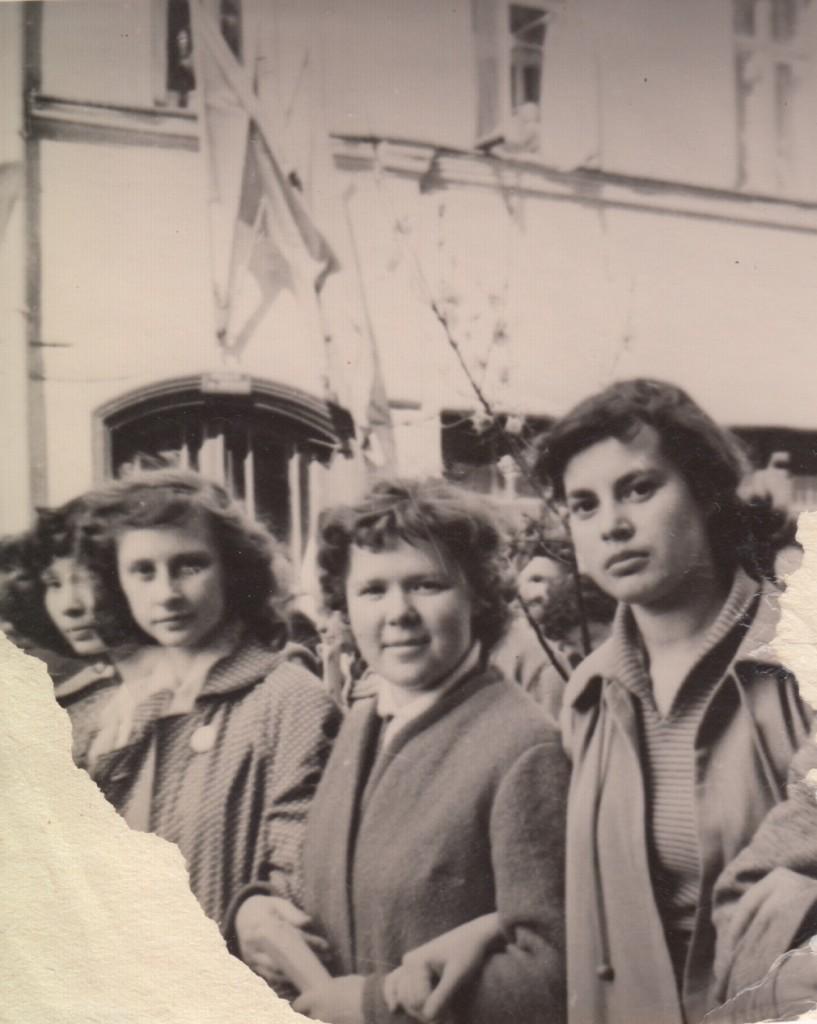 Тамара Абрамова (справа) на первомайской демонстрации. 1958 год