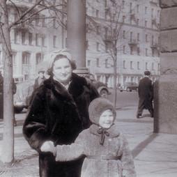 Изабелла с Софьей на Большой Садовой. 1958 год. Из личного архива С. Н. Мадорской