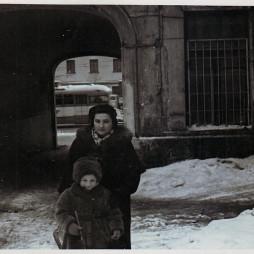 Изабелла с Софьей во дворе дома на Большой Садовой. 1958 год. Из личного архива С. Н. Мадорской