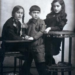 Дети Багдасара Вартанова — Србуи (1915 г. р.), Мелик (1919 г. р.), Маргарита (1916 г. р.). Москва, середина 1920-х годов