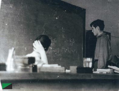 Георгий Меликович Вартанов у доски в школе № 112. Первая половина 1960-х годов