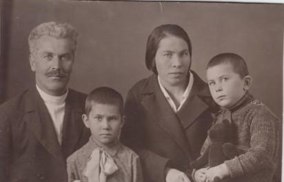 узьма Иванович и Елена Ефимовна Жильцовы с детьми Юрием и Валентиной. Конец 1930-х годов, Москва