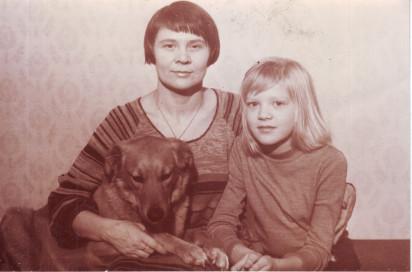 Людмила Кузнецова с дочерью Анной и собакой Зиной. Квартира № 44. 1970-е годы. Из личного архива Анны Владимировны Кирин