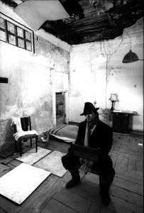 Влад Кирсанов в квартире № 10. 1990 год. Фотография сделана журналистом Кристианом Роша и опубликована в швейцарском журнале L'illustré (12 декабря, 1990 года, с. 21).