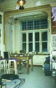 Арка эркера бывшего кабинета. Квартира № 5. 1996 год. Фотограф Пол Спэнглер. Справа видна работа Влада Маугли и Екатерины Шарф «Остывающая мишень»