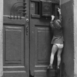 Оригинальная дверь, ведущая в один из дворовых подъездов. 1980 год. Фотограф Игорь Стомахин