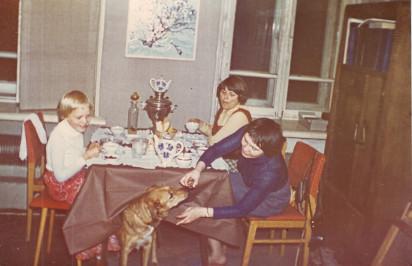 Людмила Кузнецова (кормит собаку), слева Анна. Квартира № 44. 1970-е годы. Из личного архива Анны Владимировны Кирин