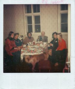 В квартире № 44. Четвертый слева сидит Оскар Рабин. Крайняя справа Анна Кирин. 1970-е годы. Из личного архива А. В. Кирин