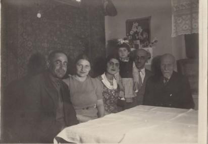 Слева направо: неизвестный мужчина, Валентина Аветисянц (жена Льва Аветисянц), Кнарик (жена Григория Аветисянц), ее дочь Ирина, Григорий Аветисянц, Барсег Аветисянц. Москва, 1930-е.