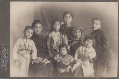 Слева направо верхний ряд: Шаварш Аветисянц (1904 г.р.); Манэ Аветисянц (1898 г.р.); Сусанна Аветисянц (1906 г.р.); Нина Аветисянц (1902 г.р.);Софья Мкртичевна Горганян, родилась в 1853 году в Ереване, мать Ашхен Татевосян, жены Барсега; Григорий Аветисянц (1900 г.р.). На коленях у Софьи сидит Лев Аветисянц (1910 г.р.). Слева от Льва стоит вероятно Софья Тадэ (1909 г.р.), дочь сына Софьи Горганян Георгия Татевосяна. Москва, около 1913 года.