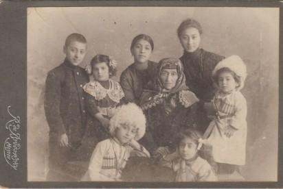 Слева направо верхний ряд: Григорий Аветисянц (1900 г.р.); вероятно, Софья Тадэ, дочь Георгия Татевосян-Тадэ - брата Ашхен Татевосян; Нина Аветисянц (1902 г.р.); Софья Мкртичевна Горганян, родилась в 1853 году в Ереване, мать Ашхен Татевосян, жены Барсега; Манэ Аветисянц (1898 г.р.); Лев Аветисянц (1910 г.р.). Слева направо нижний ряд: Шаварш Аветисянц (1904 г.р.); Сусанна Аветисянц (1906 г.р.). Москва, около 1913 года. Из личного архива правнучки Барсега Аветисянц Нарине Оганесян.