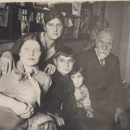Валентина Аветисянц (жена Льва Аветисянц), Кнарик (жена Григория Аветисянц), их дети Георий и Ирина, Барсег Аветисянц. Москва, 1930-е.